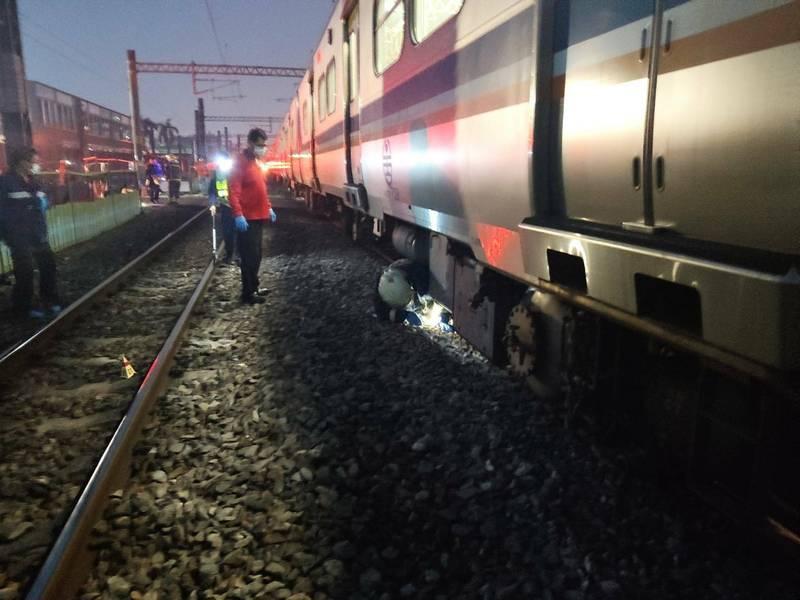 一名男子今天上午5點多疑似侵入鐵路,遭列車撞斃當場死亡。(記者王善嬿翻攝)