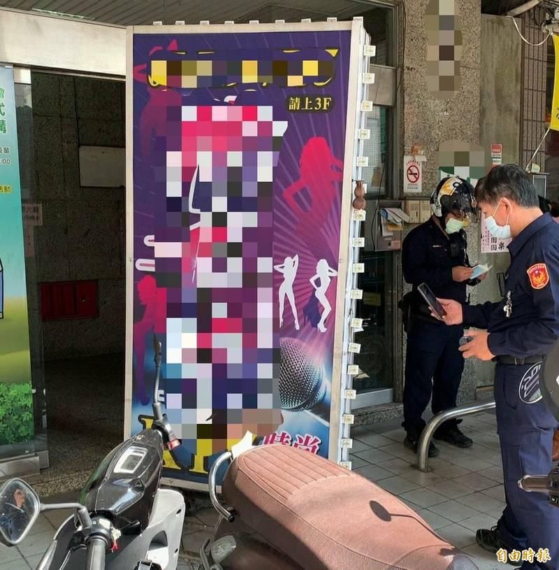 歐男將小吃部招牌堵在大樓出入口,再持寶特瓶裝汽油潑灑,造成大樓出入口騎樓地都是汽油。(記者陳文嬋攝)