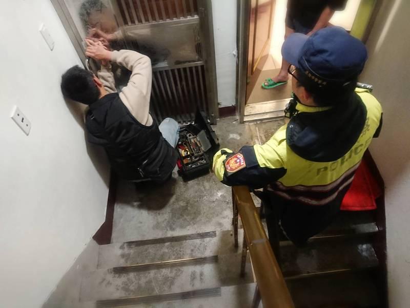 警方在家屬的偕同下請鎖匠打開大門(記者吳昇儒翻攝)