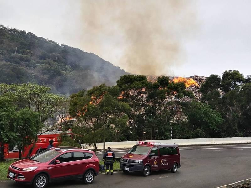 後方山丘疑似雜草火警,燃燒到整個廢棄物山丘,頓時濃煙密布。(記者鄭景議翻攝)