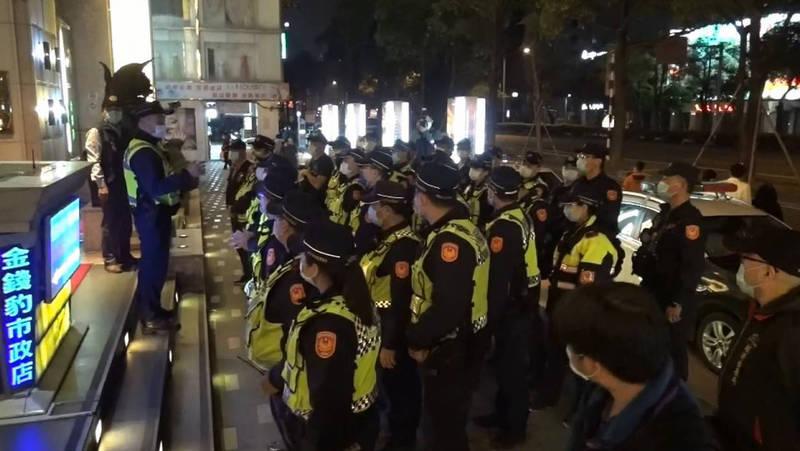 台中市警方這兩天密集針對酒店、夜店、舞廳等場所擴大臨檢掃蕩。(記者許國楨翻攝)