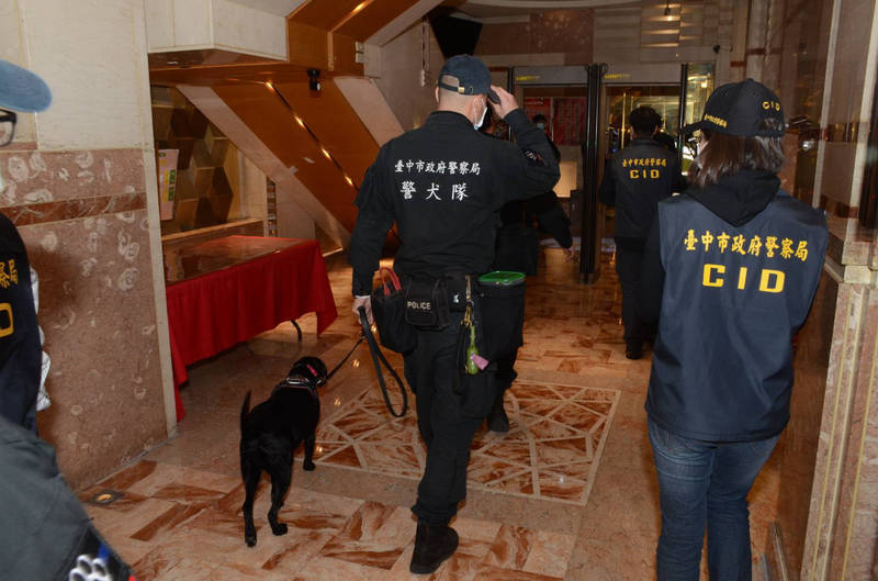 警犬隊也派遣領犬員及緝毒犬支援。(記者許國楨翻攝)
