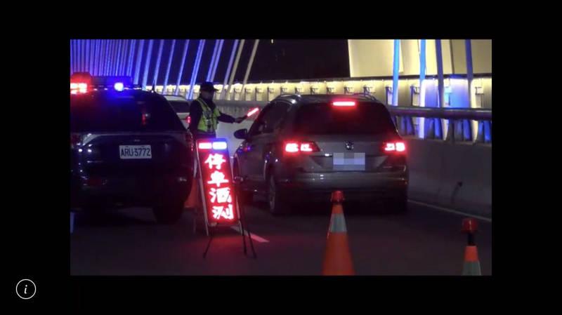 警方也在轄內交通聯外要道實施封鎖式路檢及酒測。(記者許國楨翻攝)