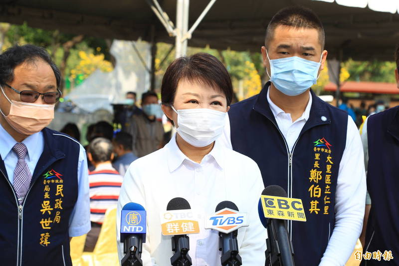 台中市長盧秀燕(中)今天針對國民黨主席選舉,認為江啟臣願意表態是好事,並替他喊「加油!」(記者陳建志攝)