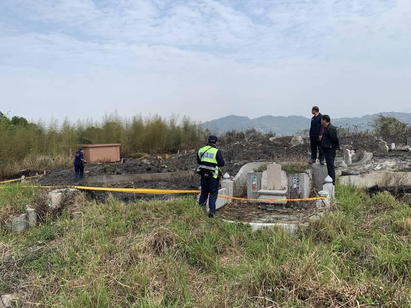 石岡第四公墓發現一具男性焦屍,警方前往調查。(記者歐素美翻攝)
