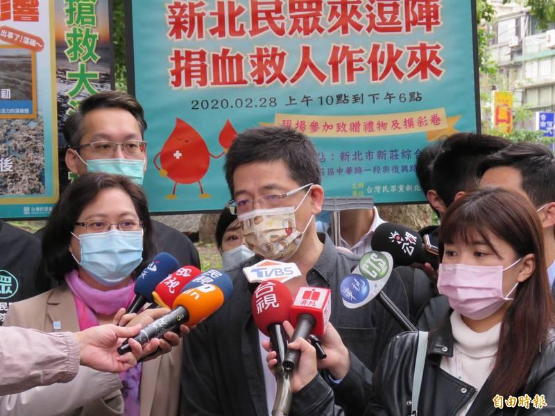 台灣民眾黨秘書長將兼任新北黨部主委(中),左為立委賴香伶。(記者陳心瑜攝)