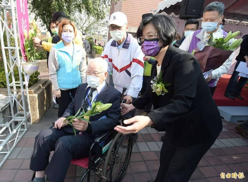 縣長王惠美(右)與受難者家屬獻上和平百合祈願祝禱,象徵追求更祥和的世界。(記者湯世名攝)