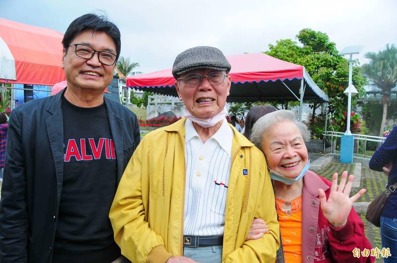 富里國小退休的廖丙盛(中)高齡96歲,是花蓮唯一還在世的二二八受難者,談起當年的驚慌害怕,仍然心有餘悸。他與小3歲的太太張秋蘭(右)都是富里國小老師,兒子廖建智是花蓮縣衛生局退休技正,陪伴2老參加228追思活動。(記者花孟璟攝)