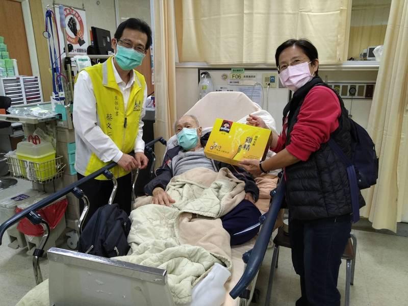 張爺爺送醫後在治療後恢復意識,身體沒有明顯受傷,後續也會由社福單位追蹤。(新店區公所提供)