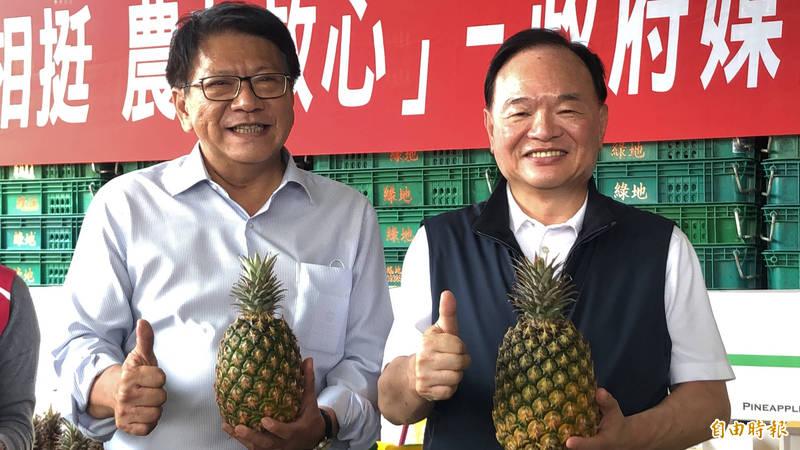 全聯董座林敏雄(右)表示,今年至少買1萬噸國產鳳梨,最大產地的屏東縣長潘孟安(左)很感謝。(記者羅欣貞攝)