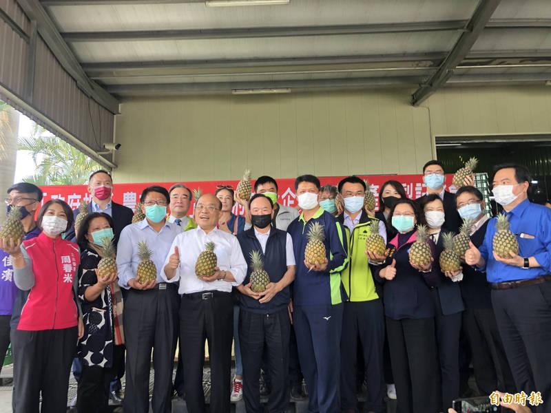 行政院長蘇貞昌今天帶領企業到產地挺農民。(記者羅欣貞攝)