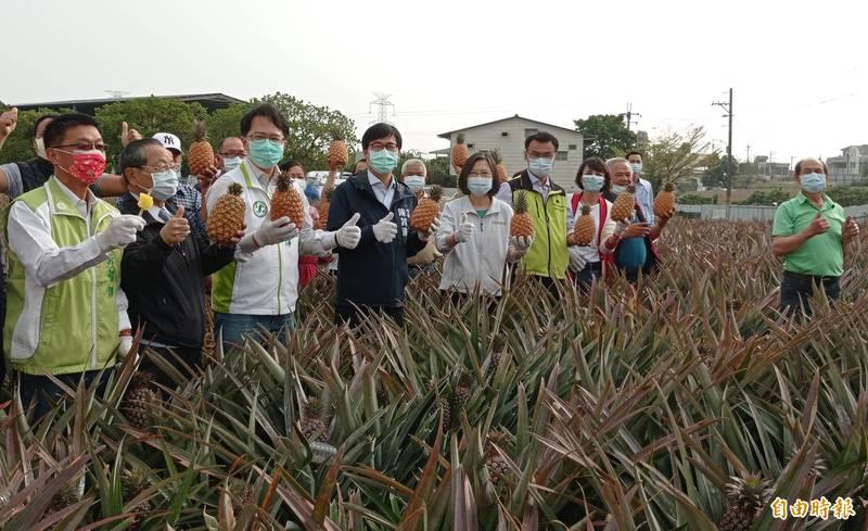 蔡英文(中)相信台灣能「化危機為轉機」,展現團結的精神。(記者洪定宏攝)