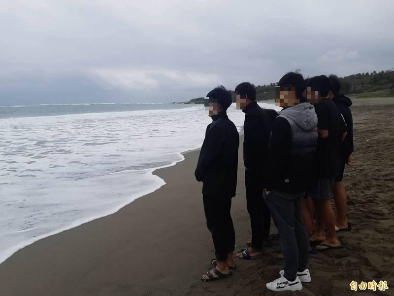 台東李姓高職生下午在美麗灣被海浪捲走,同行師生在岸邊呼喚他的名字,叫他趕快上岸。(記者黃明堂攝)