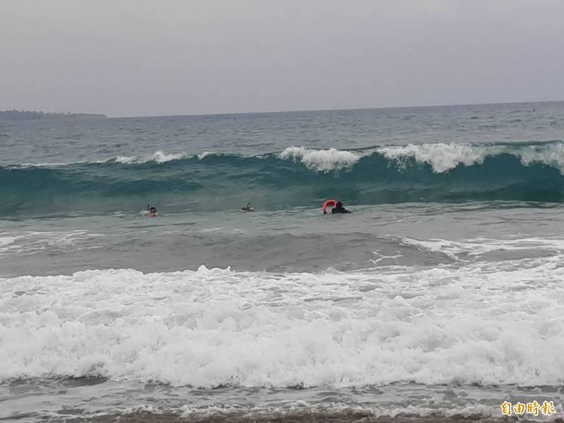 台東水下救生協會的潛水人員冒著大浪入海潛水,在海底礁石搜尋半小時仍無所獲。(記者黃明堂攝)