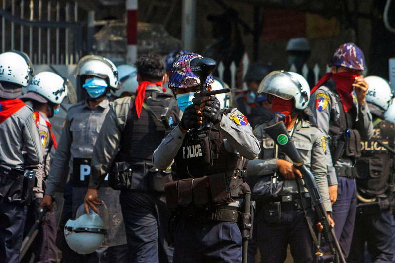 緬甸軍警以橡膠彈、催淚瓦斯、水砲、實彈等強力彈壓抗議民眾,造成多起傷亡。(路透)