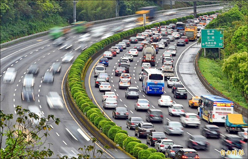 228連續假期第1天,國3南向路段從土城一路塞到三鶯路段,平均車速20公里以下。(記者劉信德攝)