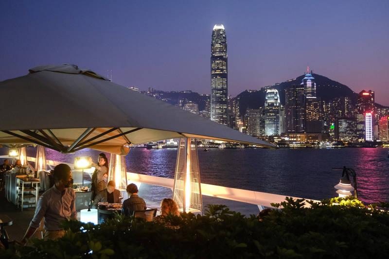香港昨(27日)新增33例確診,爆出群聚感染的尖沙咀餐廳「名潮食館」已累計41人確診或初步確診。示意圖,非涉疫餐廳。(彭博社)