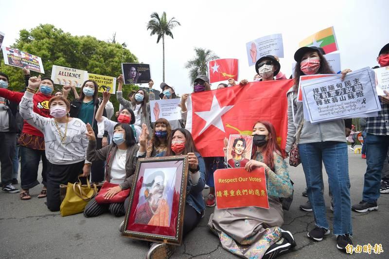 緬甸發生政變及流血鎮壓事件,旅台緬人及緬甸同學會等28日在台大舉行聲援家鄉活動。(記者方賓照攝)