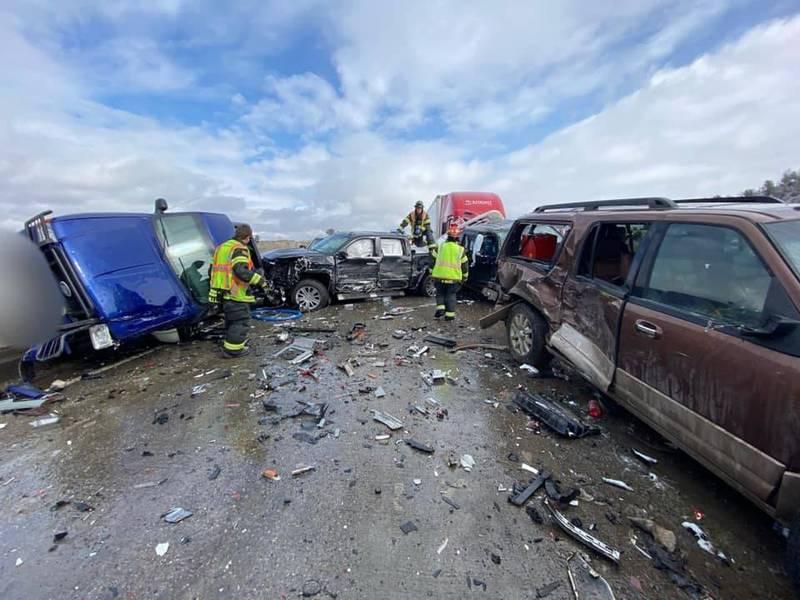 现场满地车身碎片。(图撷自Montana Highway Patrol脸书)(photo:LTN)