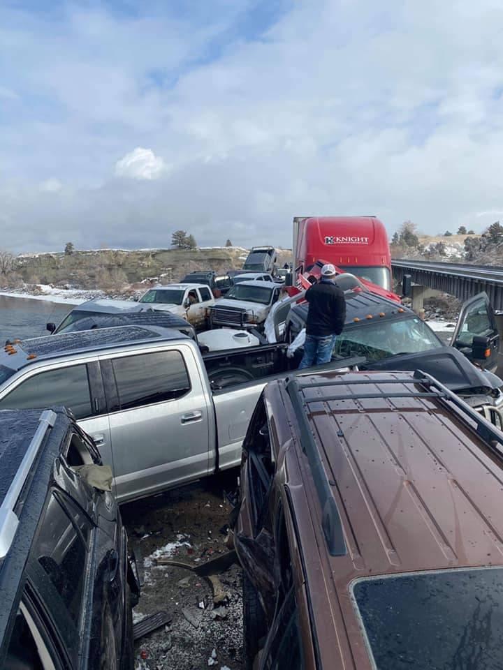现场多辆车撞在一起。(图撷自Montana Highway Patrol脸书)(photo:LTN)