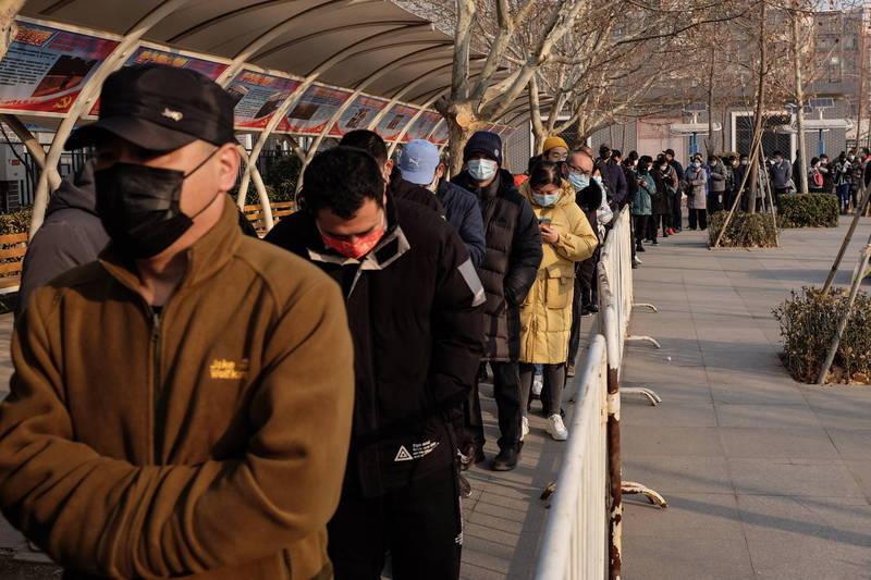 中國昨增境外確診6例,無症狀感染者6例。民眾排隊接種疫苗。(歐新社)