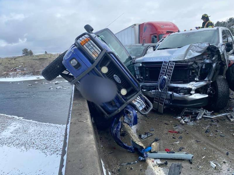 有车辆差点被推下河。(图撷自Montana Highway Patrol脸书)(photo:LTN)