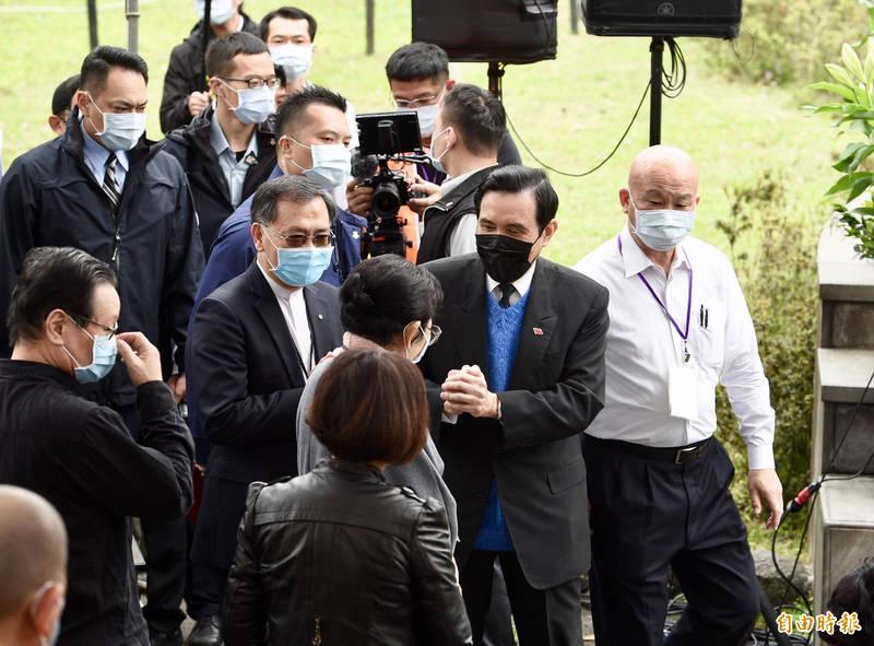 二二八事件74周年,台北市政府於二二八公園舉辦「愛與勇氣 攜手同行」紀念會,前總統馬英九(右二)出席活動,緬懷受難者。(記者羅沛德攝)