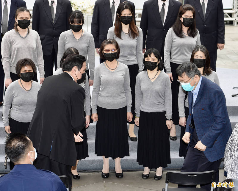 二二八事件74周年,台北市政府於二二八公園舉辦「愛與勇氣 攜手同行」紀念會,前總統馬英九(左)出席活動,與台北市長柯文哲(右)幾乎沒有互動。(記者羅沛德攝)