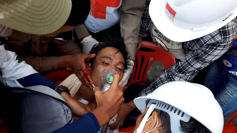 緬甸德林達依省首府土瓦,驚傳警方朝示威者開槍。圖為土瓦現場醫護搶救槍傷男子。(路透)