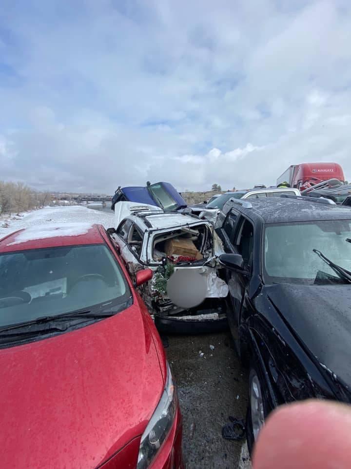 有车子被挤到车体扭曲。(图撷自Montana Highway Patrol脸书)(photo:LTN)
