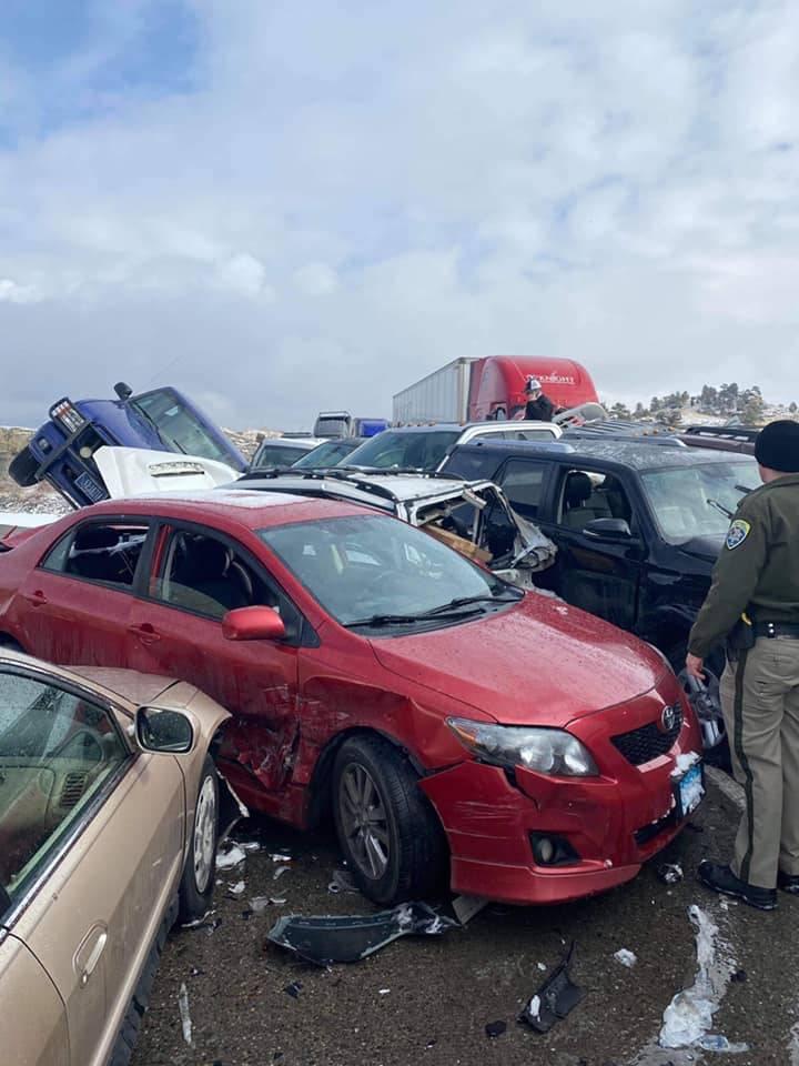 美国蒙大拿州黄石河桥受路面结冰影响,发生30辆车连环撞事故。(图撷自Montana Highway Patrol脸书)(photo:LTN)
