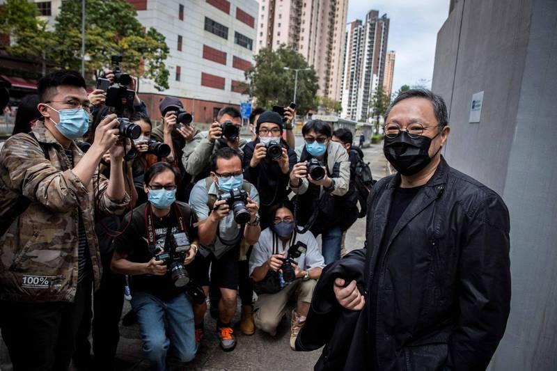 民主派香港大學法律系前副教授戴耀廷(右)今現身警局,立即被媒體包圍。(路透)