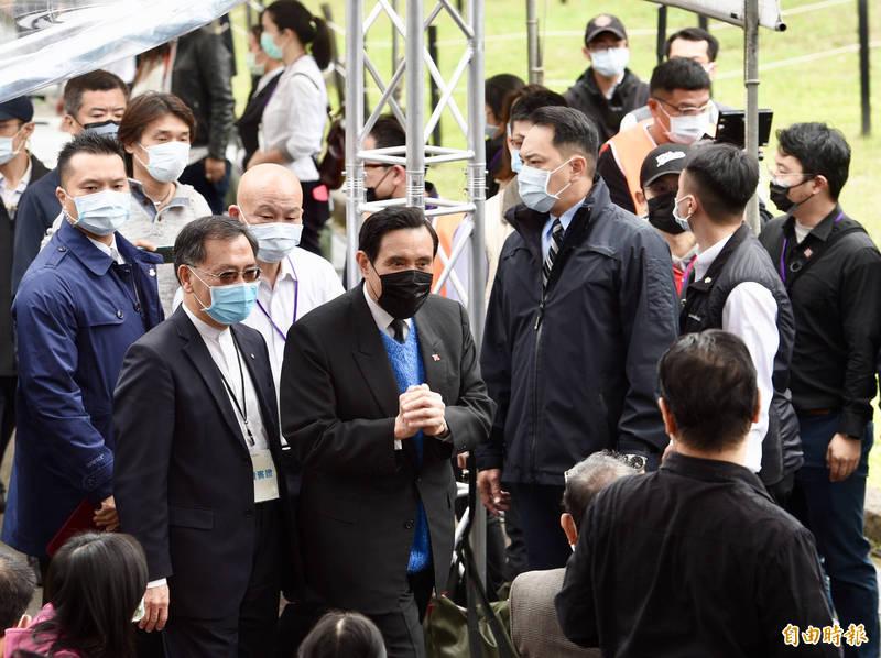 二二八事件74週年,台北市政府28日於二二八公園舉辦「愛與勇氣 攜手同行」紀念會,前總統馬英九出席活動,緬懷受難者。(記者羅沛德攝)