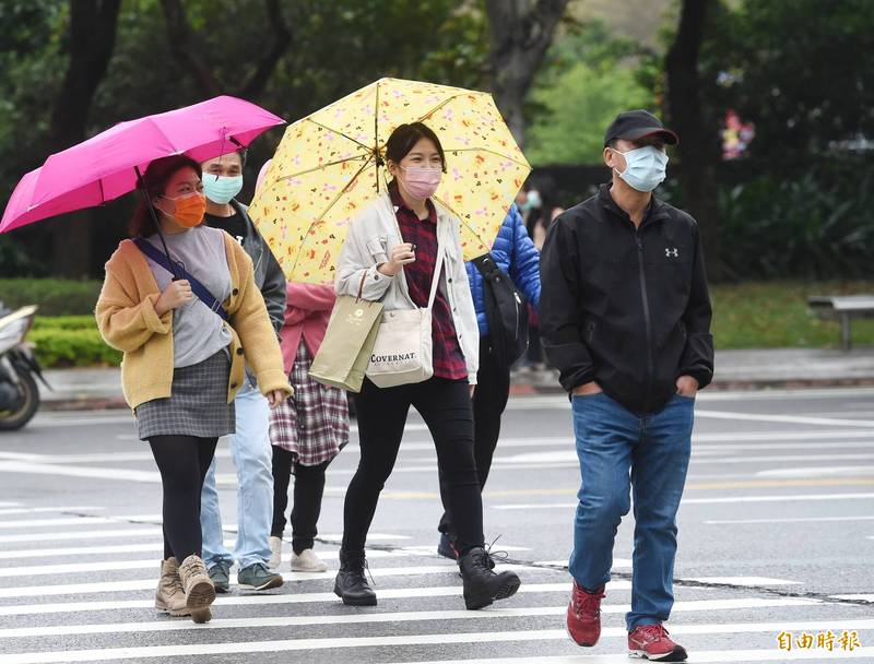 今日東北季風減弱,白天氣溫回升,不過早晚仍涼,民眾需適時調整穿著。(資料照)