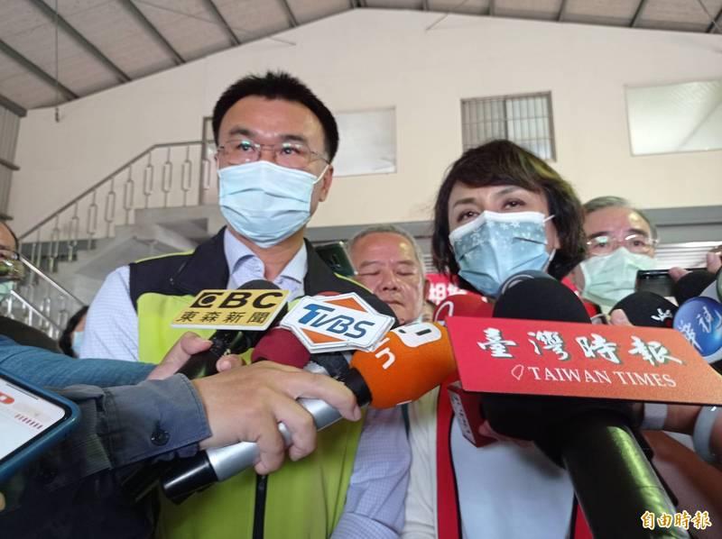 陳吉仲(左)否認台灣蓮霧被中國抵制。(記者洪定宏攝)