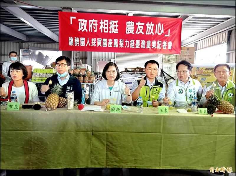 總統蔡英文昨視察果樹產銷班,比出大拇指,為台灣鳳梨喊讚。(記者洪定宏攝)