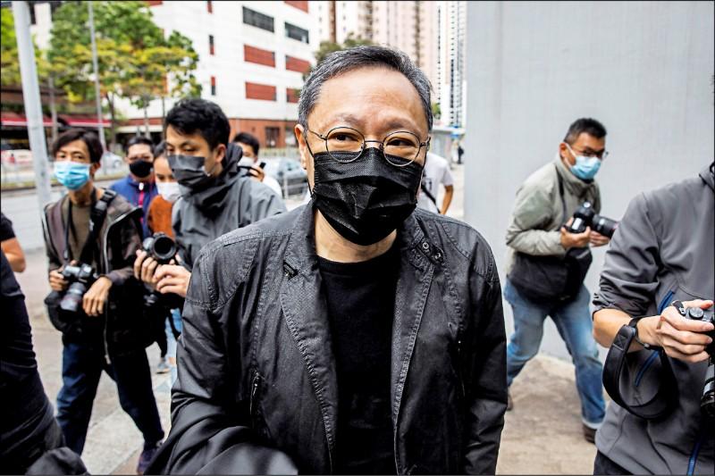 一月間遭大抓捕的五十五名香港民主派人士,二月二十八日被控違反「港區國安法」,以串謀顛覆國家政權等罪名遭起訴,理由是舉辦民主派的立法會選舉初選。圖為初選發起人之一的香港大學法律系前副教授戴耀廷,當天赴新界沙田區馬鞍山警署報到。(法新社)