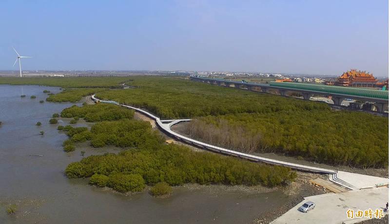 王惠美到芳苑濕地實地勘查,他希望這裡暑假前就能開放。(記者顏宏駿攝)