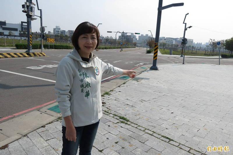 市議員陳淑華表示,中科路及經貿八路口有一大轉彎,非常危險(記者蘇金鳳攝)