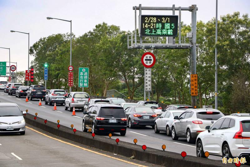 今天是228連假最後一天,國道5號上午9點30分起出現北返車潮,上午11點左右,頭城交流道排隊車龍達1公里。圖為資料照。(記者蔡昀容攝)