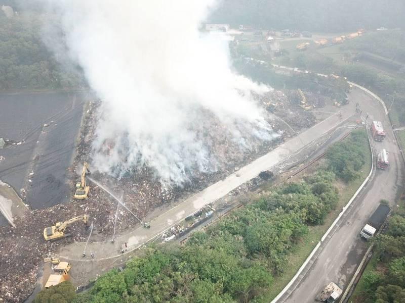 八里掩埋場目前處理殘火。(新北市消防局提供)