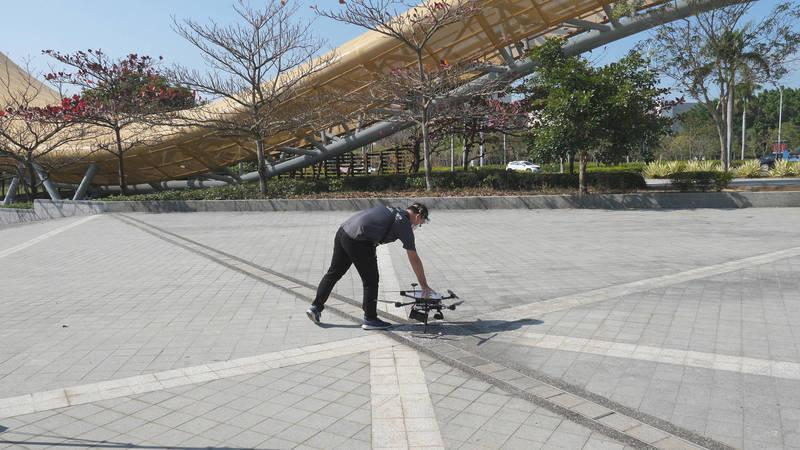 南科AI_ROBOT自造基地自主開發的「科南一號」無人機,可媒合應用於橋梁檢測及其他測繪巡檢專案。(圖由南科管理局提供)