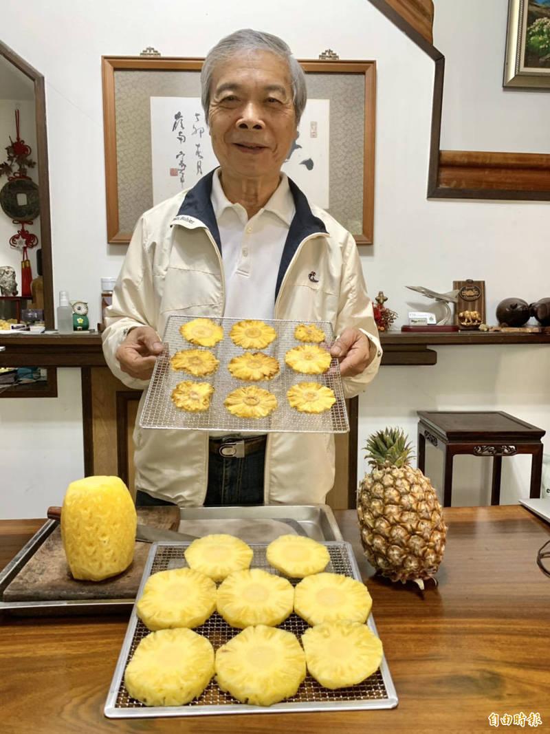 陳世雄做「反中鳳梨乾」獲得熱烈的回響,今天出爐的上百盒已經銷售一空。(記者顏宏駿攝)