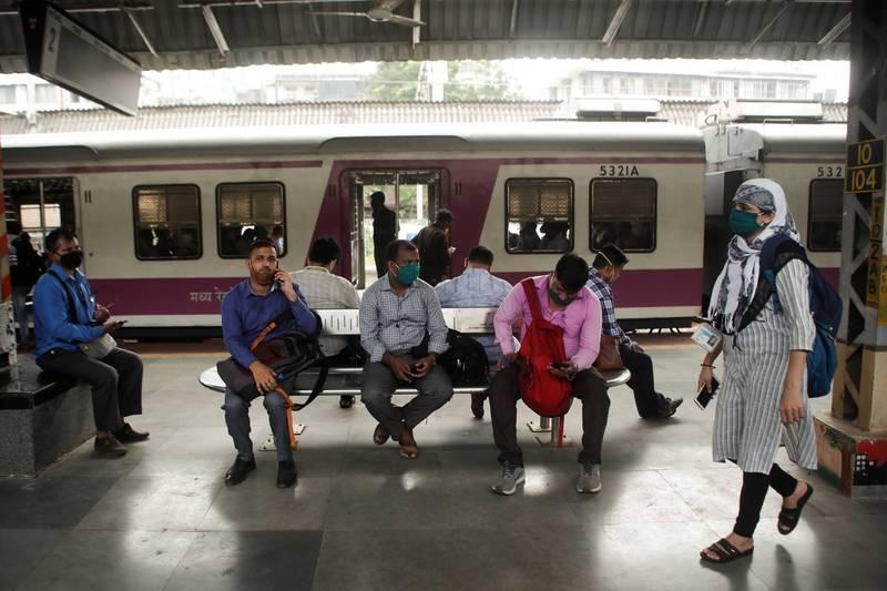 有印度「金融首府」之稱的大都市孟買,去年10月突然發生大停電,直接導致鐵路營運癱瘓。(路透)