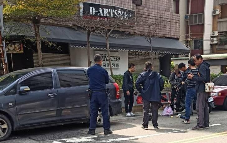 南投及台中員警在台中市街頭合力將涉嫌竊車的蕭姓嫌犯逮捕。(南投縣警察局集集分局提供)