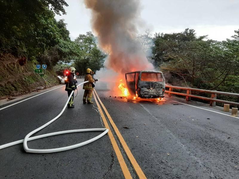 蘇花公路115公里處今天傍晚發生火燒車,一度造成交通受阻。(記者江志雄翻攝)