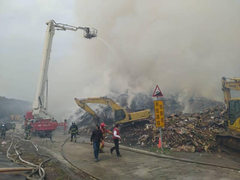 掩埋場火警截至今天仍在悶燒。(新北市消防局提供)