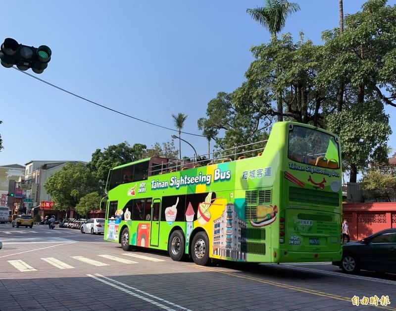 台南雙層觀光巴士繞行台南市區各主要景點。(記者蔡文居攝)