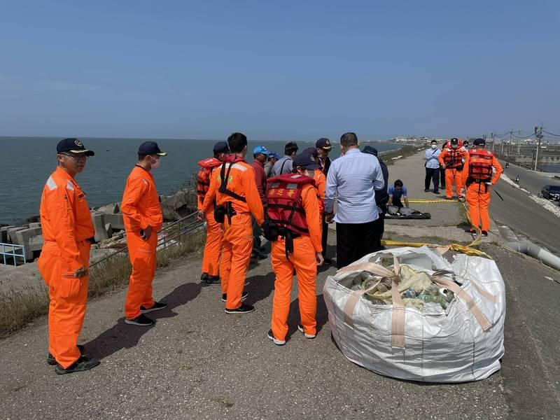 雲林台子漁港外發生膠筏撞蚵棚翻覆事件,有兩人落海,海巡單位緊急求援。(記者詹士弘翻攝)