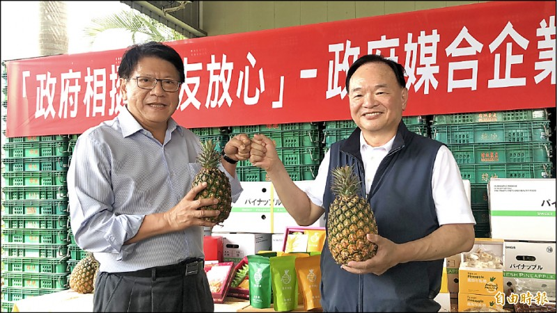 全聯董座林敏雄(右)昨宣布,今年至少買一萬噸國產鳳梨,最大產地的屏東縣長潘孟安(左)表達感謝。(記者羅欣貞攝)